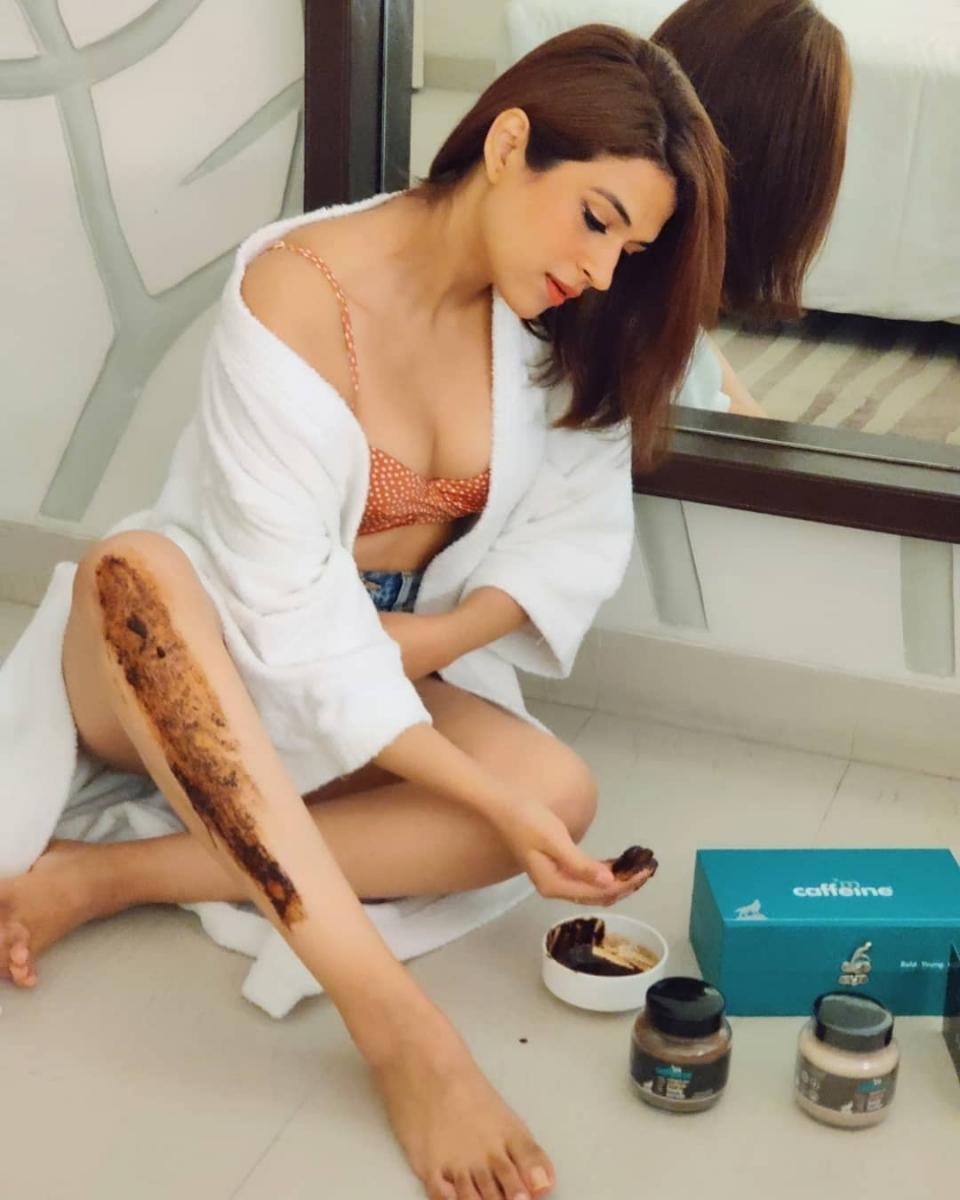 1_Shraddha-das-sizzling-bikini-photos-16