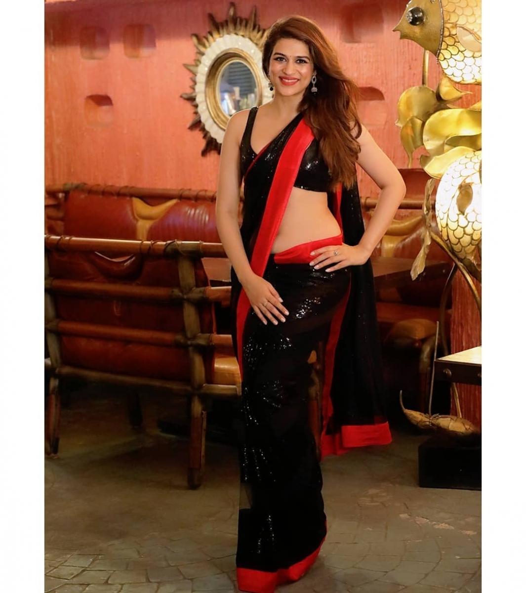1_Shraddha-das-sizzling-bikini-photos-9