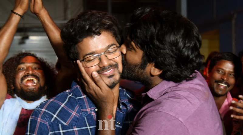 vijay sethipathi give kiss to actor vijay
