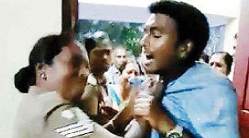 Female police slapped a guy not given bribe